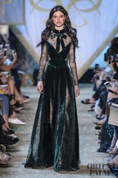 kim kardashian sexy grünes kleid Rabatt Abendkleid Yousef aljasmi Kim Kardashian Grünes Spitzensamt Langes Kleid Zuhair Murad Ziadnakad 0012