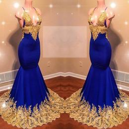 2019 abito da sposa bellissimo champagne lungo Sexy scollo a V profondo Royal Blue Mermaid Prom Dresses Pizzo oro Appliques Halter Splendido bordo Piping abito da sera lungo partito sconti abito da sposa bellissimo champagne lungo
