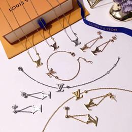 einfache halskette setzt ohrringe Rabatt Mode einfachen stil schmuck sets dame titanium stahl einzigen diamanten v brief 18 karat vergoldet halsketten armbänder ohrringe 3 farbe