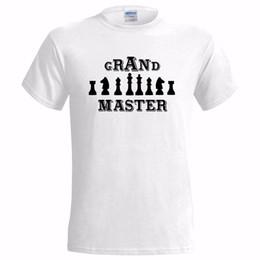 CHESS (2) GRAND MASTER LOGO HERREN-T-SHIRT GESCHENK PRÄSENTIEREN SPIEL PRÜFEN MATE weißes schwarzes graues rotes Hosent-shirt von Fabrikanten