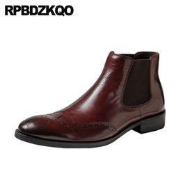 Zapatos de vestir de punta borgoña para hombre online-Cuero de grano completo cómodo brogue party burdeos para hombre vestido puntiagudo botas resbalón en los zapatos de punta de ala botines formales