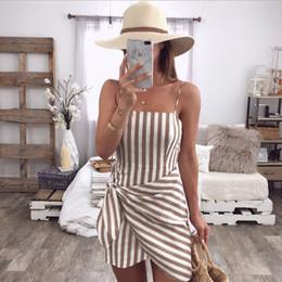 Vestidos à moda da praia on-line-Férias das mulheres Vestido de Verão 2019 Novas Senhoras Na Moda Sem Mangas Espaguete Listrado Cocktail Praia Magro Mini Vestido Vestidos Curtos