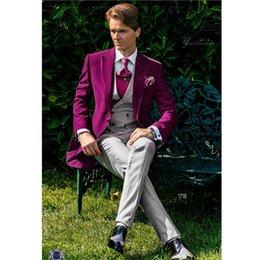 2019 ternos cinzentos do casamento laço vermelho Popular Um Botão Groomsmen Pico Lapela Do Noivo Smoking Ternos Dos Homens de Casamento / Prom Melhor Homem Blazer (Jacket + Pants + Vest + Tie)