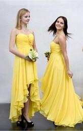 Vestido de vestido alto e alto amarelo on-line-Pretty Yellow High Low Bridesmaids Vestidos 2019 Barato Com Alças de Chiffon Sem Alças vestido de dama de honra do partido Do Casamento Para Noivas Do Casamento
