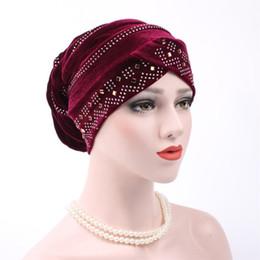 2019 cheveux musulmans Nouvelle Femme Hijabs Velours Grand Strass Turban Tête Chapeau Chapeau Beanie Dames Accessoires De Cheveux Musulman Écharpe Cap Perte De Cheveux 12 Couleurs cheveux musulmans pas cher
