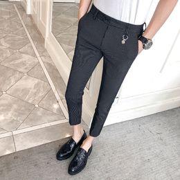 2019 calças pinstripe 2019 novas calças listradas dos homens versão coreana do auto-cultivo esticar pés finos calças estilista de cabelo calças apertadas calças pinstripe barato