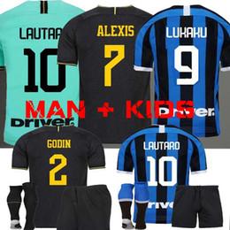 Kits de futebol preto on-line-MAN + KIDS LUKAKU LAUTARO SKRINIAR Inter 2019 2020 Milan camisa de futebol GODIN BARELLA ALEXIS 19 20 camisas de kit de futebol Terceiro preto Zanetti