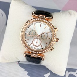 2019 Moda mulher relógio de couro Diamantes de luxo senhora relógio de pulso de aço de alta qualidade preto / branco / vermelho de couro feminino relógios frete grátis cheap white female wristwatches de Fornecedores de relógios de pulso femininos brancos