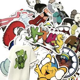 100lot 27 unids / set KAWS Disecado Compañero Graffiti Pegatina Personalidad Equipaje DIY pegatinas de dibujos animados PVC pegatinas de Pared bolsa de accesorios desde fabricantes