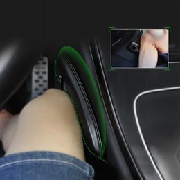 Accesorios de rodilla online-Asiento de coche Rodilleras Protección para las rodillas Suave Cojín Interior de cuero Almohada Universal Accesorios de soporte Negro