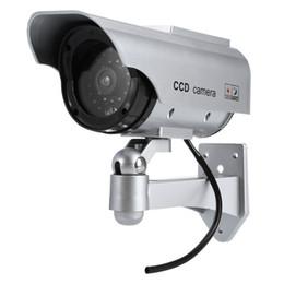 Luces de seguridad led intermitentes online-Impermeable Energía solar Realista Vigilancia simulada Seguridad CCTV Pegatina Cámara Intermitente Luz LED roja con cable de video falso BA