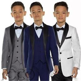 2019 traje de niños blancos solapas de satén Buena calidad niño esmoquin chal solapa un botón ropa para niños para fiesta de boda niños traje niño conjunto (chaqueta + pantalones + chaleco) personalizado