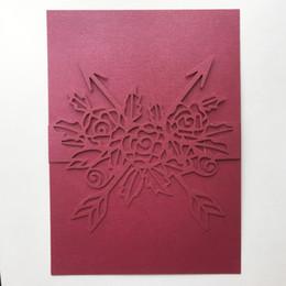 50 Unids / lote Tarjeta de Invitación de Boda Envuelve el Diseño Con Grandes Amantes de la Rosa Ceremonia de Matrimonio Bendición Tarjetas de Regalo Invitaciones de Fiesta de Cumpleaños desde fabricantes