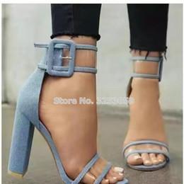 vendita all ingrosso di lusso blu denim tacco grosso sandali in PVC spessi tacchi  alti fibbia cinturino patchwork scarpe gladiatore runway pompe tacchi alti  ... 05c030826f2