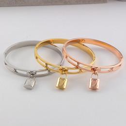 bracelet style rue Promotion INS Mode Creux Serrure Motif Filles Bracelet Personnalité Belles Femmes Marque Bracelets En Plein Air Street Style Dame De Luxe Bracelets