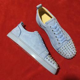 Голубые мужчины онлайн-Красивые небесно-голубые замшевые плоские дизайнерские кроссовки для мужчин широкий размер 35-48 светло-мягкие замшевые женские женские платья красные подошвы на плоской подошве