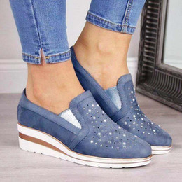 Negozio scarpe casual online-New Shoes Fashion Designer piattaforma Low Cut appartamenti del sandalo pattini casuali delle donne con strass all'aperto Shopping formatori Size 43