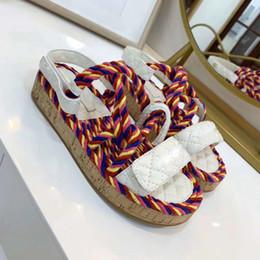Wholesale NOUVEAUTÉ Femmes Sandales Boutique Voyage Simple Luxe noble Fond épais Agneau De Mode Marque Sexy Bout Exposé dames creux sandales occasionnels
