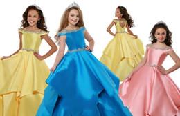 2020 Büyüleyici Sarı Mavi Mercan Tasarımcı Kızlar Pageant elbise Soğuk omuz Saten ile Boncuklu Çiçek Kız İlk Communion Elbise nereden