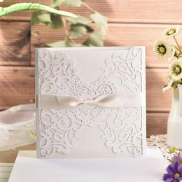 Invitaciones de boda de encaje blanco online-10 unids / lote elegante tarjeta de invitación de la casilla blanca delicadas tarjetas de invitación de boda de encaje tallado con bowknots para suministros de boda