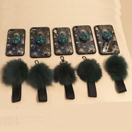 Capa de telefone strass peacock on-line-Pavão verde epóxi tecnologia pena suave silicone capa para iphone 7 strass kickstand telefone case com hairball colhedor para iphone xs x