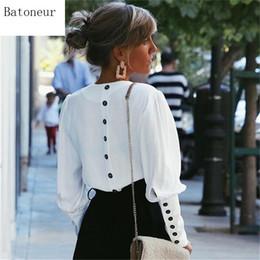 Largas camisas traseras online-2019 mujeres casuales Tops con cuello en v manga larga elegante botón trasero Blusas primavera verano moda camisa sólida