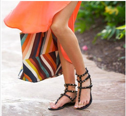 2019 sapatos baratos tamanhos grandes Zapatos Mujer Cor Rebites Cravado Gladiador Sandálias Flat Pedras Cravejado Flip Sandália Tamanho Grande Designer de Sapatos Baratos das Mulheres de Verão # 9025 desconto sapatos baratos tamanhos grandes