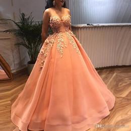 2019 designer noite bola vestidos Novo Designer Elegante Vestido de Baile Longo Vestidos de Baile Querida 3D Flores Frisado Sem Encosto Apliques Vestido de Noite Formal Do Partido Do Vestido de baile designer noite bola vestidos barato