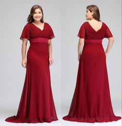 Ocasião Vermelho escuro Vestidos Com Mangas Curtas V Neck Plissados Chiffon Formal Vestidos de Festa À Noite Mãe Da Noiva Vestidos Especiais de