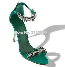 Flores verdes bombas online-Venta al por mayor de lujo verde negro tela de satén Bling Bling Crystal Sndals con cuentas flores florales zapatos de boda tacones de aguja bombas