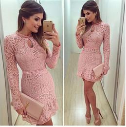 Kimono de encaje rosa online-Las mujeres atractivas de primavera visten dulce rosa hueco de encaje de manga larga delgado de cuello redondo fiesta de noche mini vestido corto Vestidos