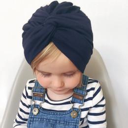 Casquillo recién nacido del color sólido online-Sombrero cruzado recién nacido bebé Turban Knot Beanie gorro para niños de color sólido sombreros Toddler accesorios de fotografía Cap AAA1810