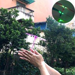 tir à lame en gros Promotion LED Bambou Libellule Tir Fusée Volant Parachute Ciel UFO En Plein Air Lumineux Jouets Pour Enfants Lueur Dans La Sombre Jouets