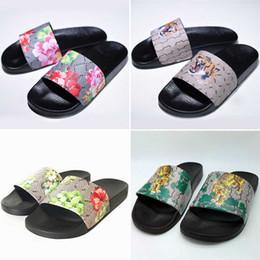 Zapato de mocasín zapato online-Nuevo Hombre Zapatillas de mujer de lujo Diseñador Negro Blanco Verano Sandalias Zapatos casuales Playas al aire libre Mocasines Zapatillas Tamaño Eur36-45