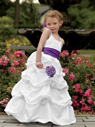 Chicas recogen vestidos de desfile online-Vestidos de niñas encantadores blancos Flores Correas de espagueti de tafetán Cinturón púrpura Pick Ups Vestidos para niños Vestidos de fiesta para niñas