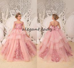 Damas de honor vestidos de organza flores online-Blush pink Vestidos de niña de flores 2019 apliques de encaje de lujo con volantes en capas falda con cordones manga de la manga Fiesta de boda Vestido de dama de honor