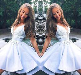 2019 azul cielo azul baile vestidos de cóctel 2019 New Cute Light Sky Blue graduación vestido de fiesta con cuello en v de encaje apliques volantes corto vestido de fiesta vestidos de coctel BC1797 azul cielo azul baile vestidos de cóctel baratos