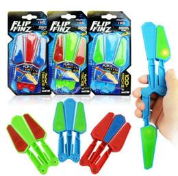 Fiadores de fidget azul on-line-Flip Finz Fidget Spinner Brinquedos De Plástico Azul Vermelho Verde Twirl Flip Light Up Com LED OVP Endless Viciante Diversão Brinquedos Sortidos Para Adolescentes