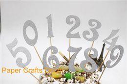 2019 decorazioni di cupcakes di nozze Set all'ingrosso di 10 pezzi Toppers torta glitter argento Decorazioni personalizzate per feste di compleanno Cupcake per matrimoni Forniture Numeri da 0 a 9 decorazioni di cupcakes di nozze economici