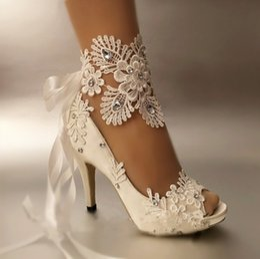 Saltos abertos da correia do dedo do pé on-line-Sapatos de vestido Mulheres Bombas Toe Aberto Lace Sapatos de Casamento Peep Toe Elegante Mancha Riband Salto Alto Tamanho Grande 41 42 43