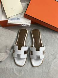 Senhoras moda flip flop flats on-line-2019y HOT New Designer de Luxo Designer de Moda Feminina Pérola Sandálias senhora Chinelos de Verão Chinelos Casuais Flip Flops flat sandy shoes