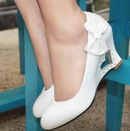 2019 zapatos amarillos de la boda de la cuña 2019 Nuevos zapatos de boda elegantes Corazón de melocotón de mujer hueco hacia fuera Zapatos de boda de cuñas (amarillo, blanco, negro, rosa) zapatos amarillos de la boda de la cuña baratos
