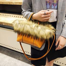 Bolsos europeos de la piel online-Ins Fashion Bag Female 2018 Otoño e Invierno Nuevo estilo europeo y americano Bolso de piel Bolso Messenger Bolso de peluche
