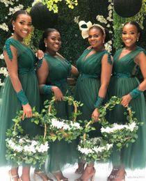 Vestidos de dama de honor hasta el tobillo de tul online-Vestidos de dama de honor de color verde oscuro para la fiesta de bodas Tulle A Line Longitud del tobillo Apliques con cuello en V Ilusión Manga larga Vestidos de dama de honor