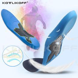 c80406862 KOTLIKOFF PU Palmilhas Ortopédicas Flat Foot Arch Sapatos de Apoio Pad para  Mulheres Dos Homens Corretivo O / X Perna Cuidados Orthotics Palmilha  Insere à ...