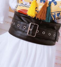 2019 cintos de corset de moda larga pista de moda Cummerbunds couro PU das mulheres do sexo feminino casaca Corsets Cós Cintos decoração cinto largo R1744 cintos de corset de moda larga barato