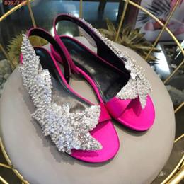 2019 verão novo tecido de seda Frisado Flores Voltar Sandálias Jantar Rose sandálias pretas vermelhas Temperamento sandálias flat de Fornecedores de flores de seda plana