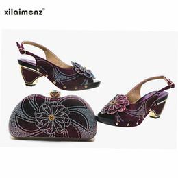 Boda morado oscuro zapatos online-Sandalias italianas moradas oscuras de la nueva llegada con los bolsos a juego Las mujeres nigerianas del zapato y del bolso de la boda adornaron con el diamante artificial