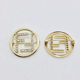 rote diamante brosche Rabatt Frauen Strass Brief G Brosche Gold FF Stil Brosche Anzug Revers Pin für Geschenk Party Berühmte Schmuck Zubehör