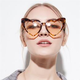 2c2f743280 Gafas de sol en forma de corazón blanco rojo 2019 nuevas mujeres diseñador  de la marca tonos negros corazón gafas de leopardo estilo de amor de sol  señoras ...